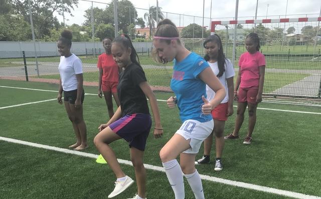 Lisette laat in Suriname zien hoe sexy vrouwenvoetbal is