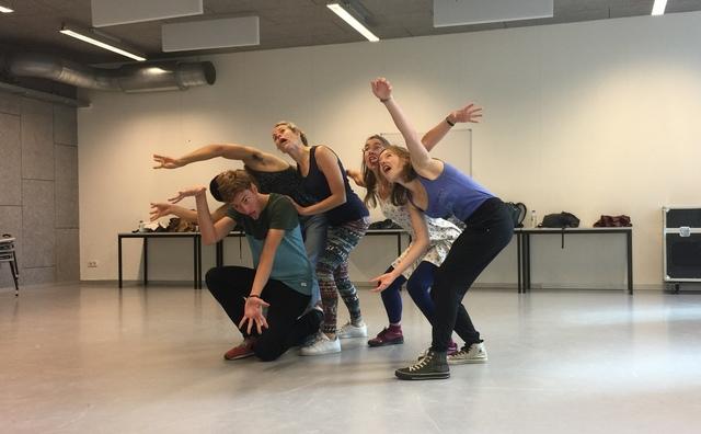 Theatercursus bij Crea: kringspelletjes en drankliederen