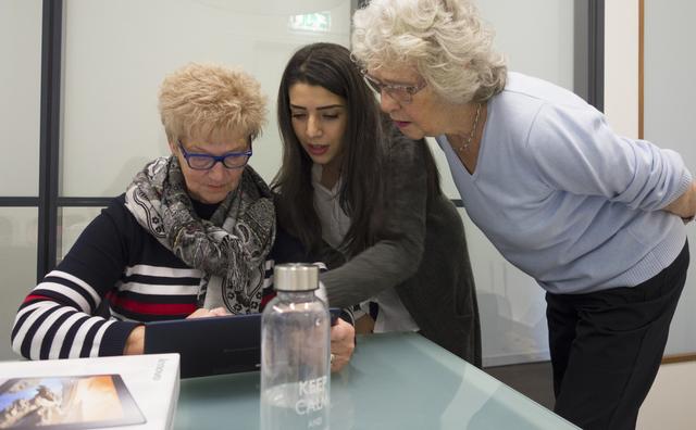 Deze ouderen leerden van studenten hoe ze tablets moeten gebruiken