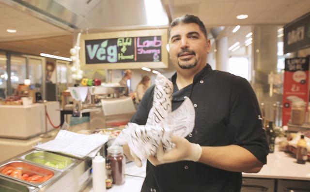 Eyad (uit de kantine van het Wibauthuis) laat zien hoe je goede falafel maakt
