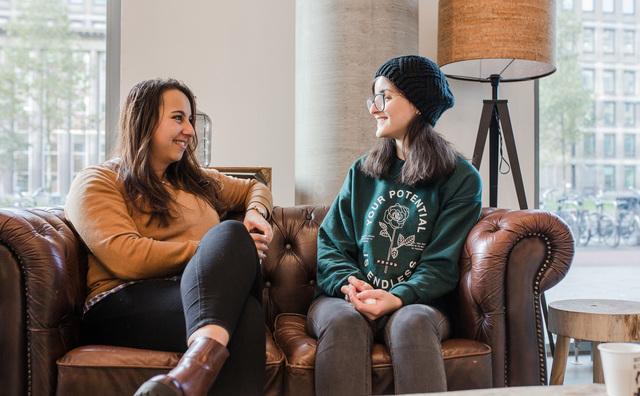 Mahaar helpt de Syrische Shahd tijdens haar studie op de HvA