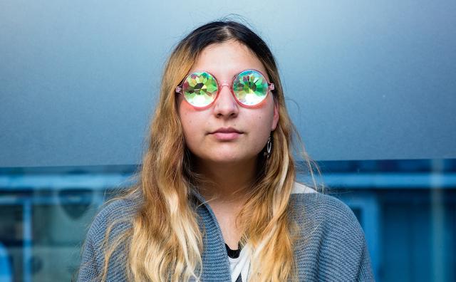 Passie: Queeny June gaat nooit zonder bril de deur uit