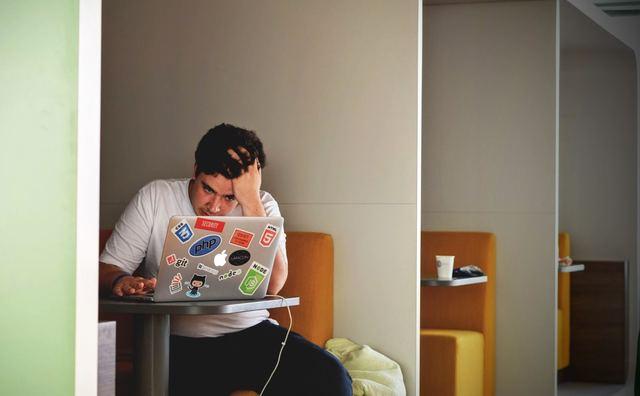 Voel jij je soms angstig of somber? De HvA biedt nu online (eerste) hulp