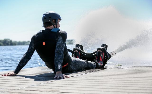 Passie: Stijn vliegt over het water met zijn flyboard