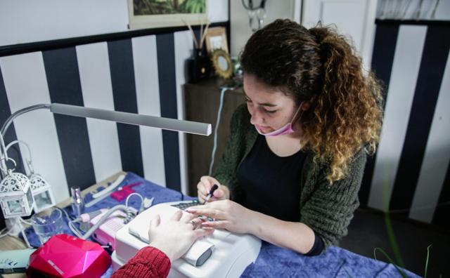 Passie: Julia tovert nagels om tot kunstwerkjes