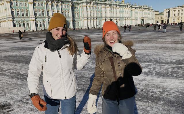Verliefd op Rusland: Sanne en Carlijn vloggen over hun buitenlandstage