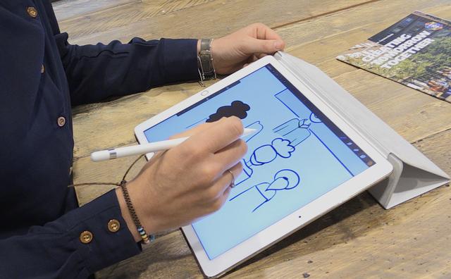 Passie: Docent Harriët Robijn maakt tekeningen op haar iPad