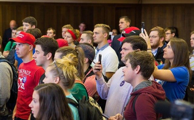 Polarisatie in de klas: 'De dialoog ga je niet aan als je een middelvinger opsteekt'