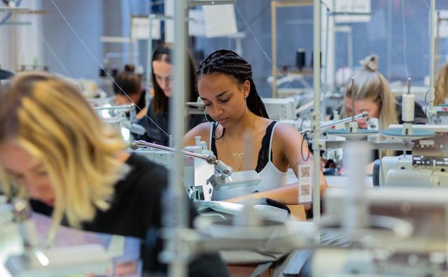 Studenten werken zich in het zweet in de Amfi-sweatshop