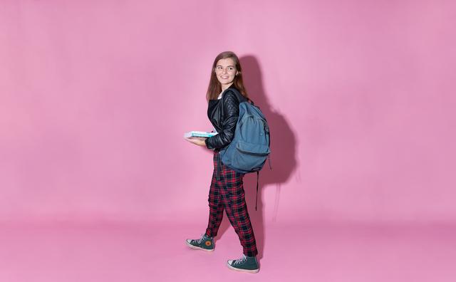 Julia juicht - en gooit haar studieboeken door het raam