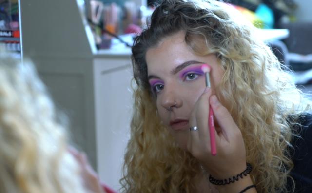 Passie: Mara kiest kleurrijke oogschaduw bij haar humeur