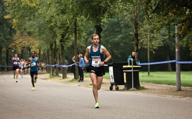 Oud-student Remyo Tielsema finisht als zesde Nederlander op marathon