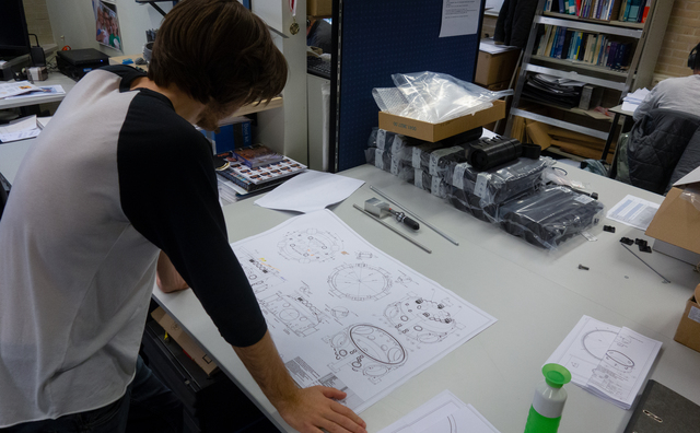 Aan het werk: Mathijs maakt bouwtekeningen van een telescoop