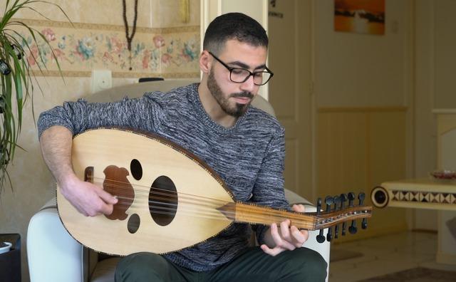 Passie: Ashraf speelt iedere dag bekende hits op zijn oed