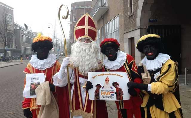 Studenten lopen verkleed als Zwarte Piet HvA in