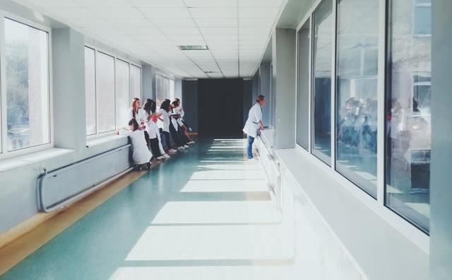 Afgestudeerde verpleegkundigen vinden moeilijk een baan op hbo-niveau