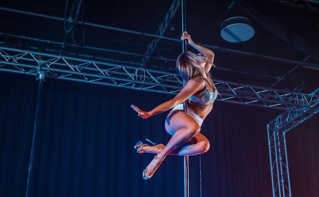 Passie: Melina voert acrobatische kunsten uit als paaldanseres