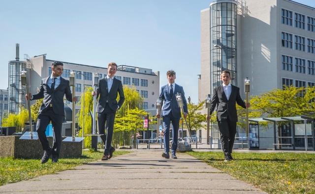 Deze vrienden voorzien heel Nederland – en de HvA – van desinfectiepalen