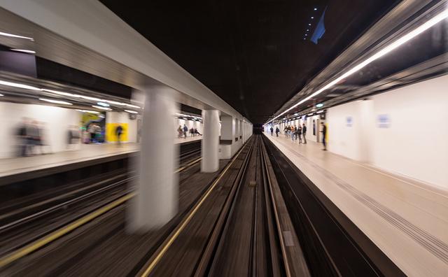 In het donker naar de metro? Bij Holendrecht loopt voortaan iemand mee