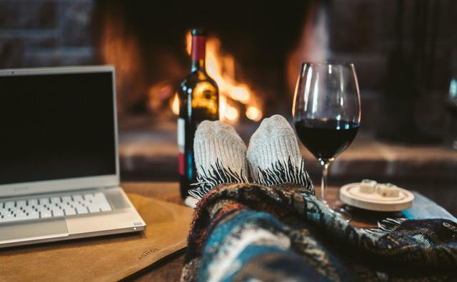 Laptop op schoot, drankje erbij: vijf gezellige spellen voor een online kerst