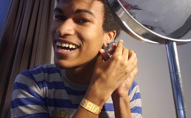 VLOG 5: Jonathan zet zelf een piercing