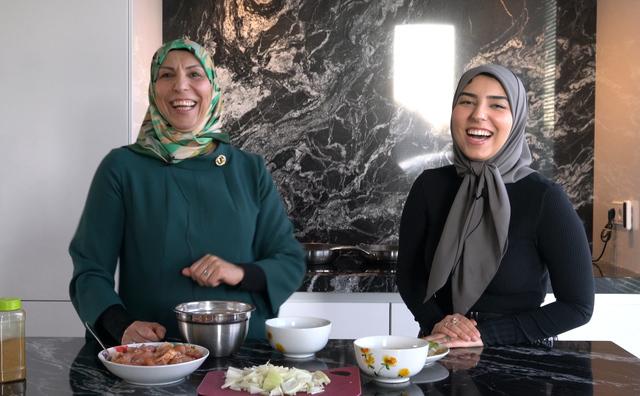 In de keuken en aan tafel voor de iftar bij Zine