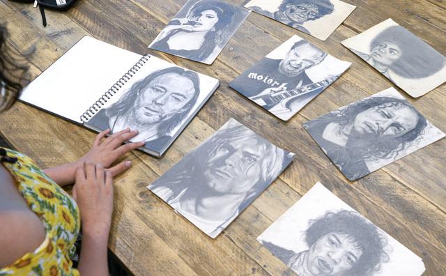 Passie: Carmen tekent levensechte portretten van haar muziekhelden
