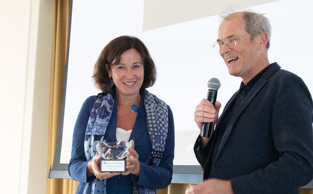 Directeur onderwijs Eldrid Bringmann krijgt erelaureaat bij afscheid