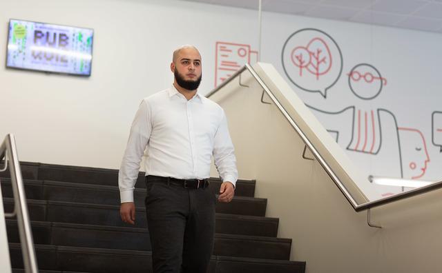 Docent Adam Nassiri biedt jongeren de begeleiding die hij zelf miste