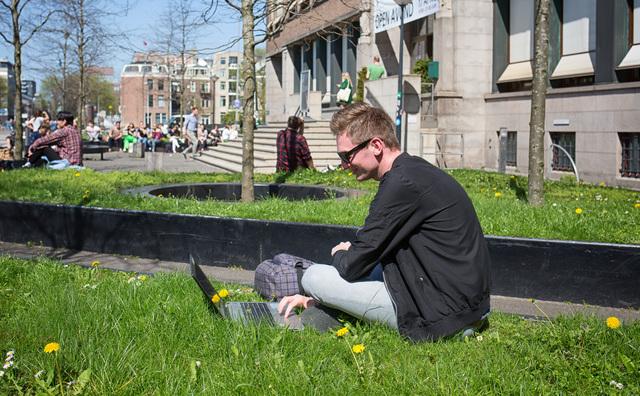 Zomerse dag op de campus: 'Beter dan in zo'n hokkie studeren toch?'