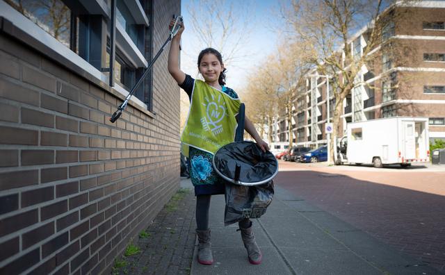 Studenten prikken prulletjes met kinderen in Geuzenveld
